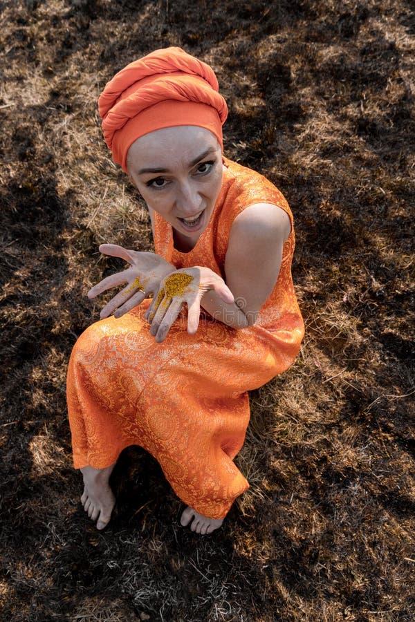 Vrouw in Oostelijke Kleding Bestrooit zich met Gouden Lovertjes Emotionele Portret stock afbeelding