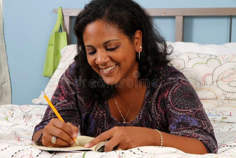 Vrouw op Bed stock foto's