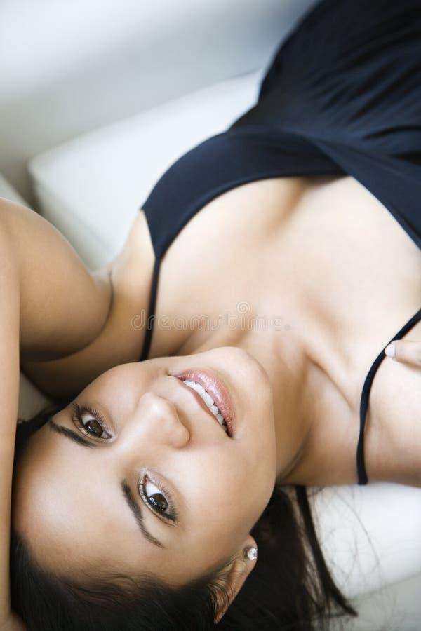 Vrouw op bed stock fotografie