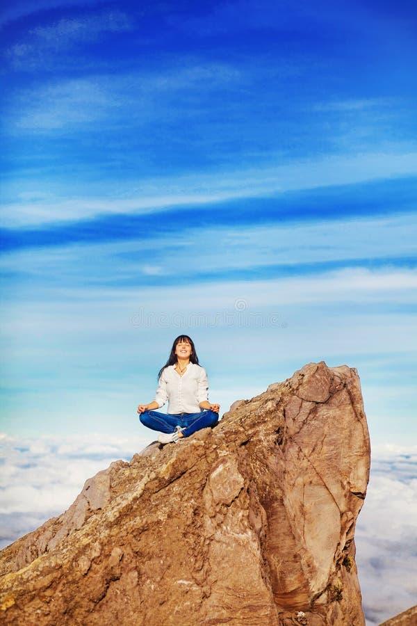 Vrouw op berg stock afbeelding