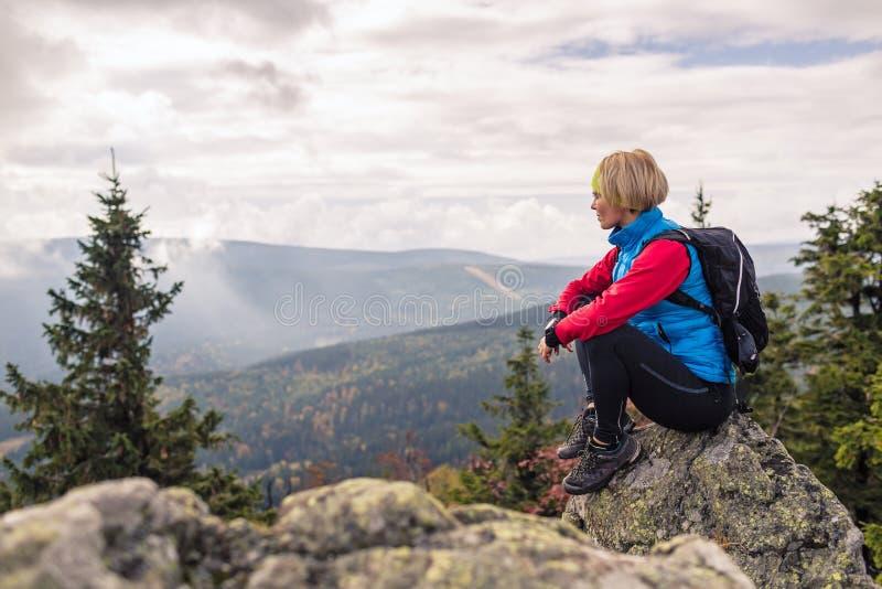Vrouw op bergsteile rots in Izerskie-Bergen polen royalty-vrije stock fotografie