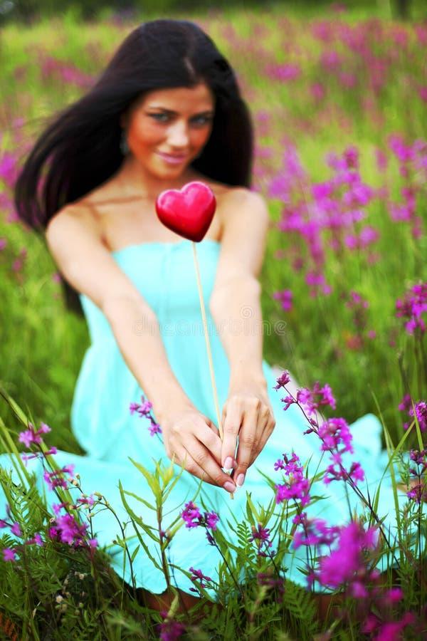 Vrouw op bloemgebied stock afbeelding