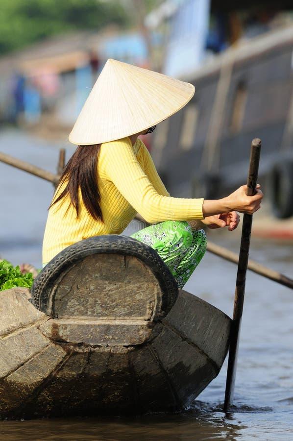 Vrouw op boot in Vietnam
