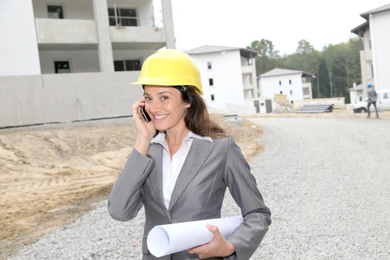 Vrouw op bouwwerf royalty-vrije stock afbeeldingen