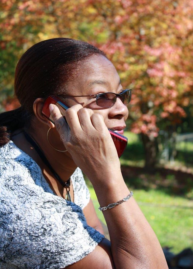 Vrouw op cellphone stock afbeeldingen