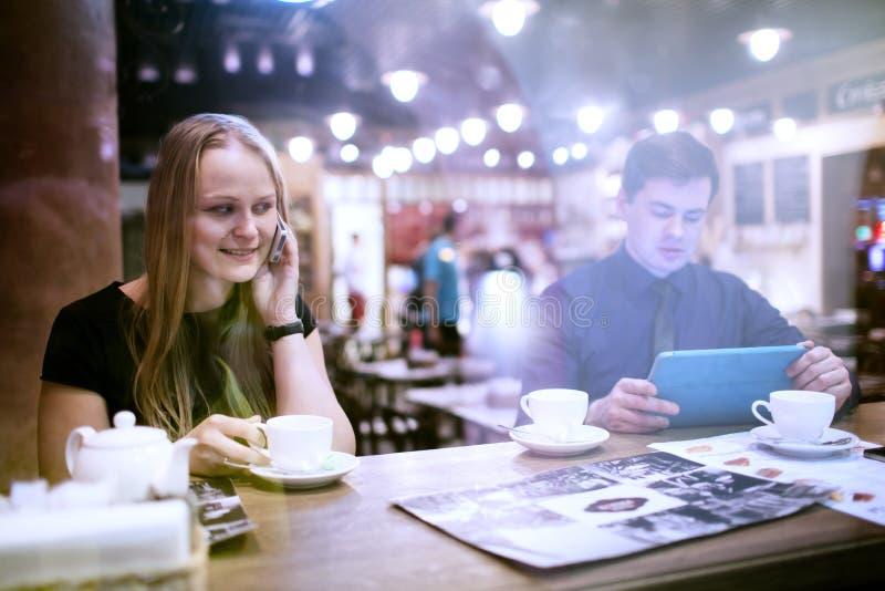 Vrouw op cellphone het drinken koffie royalty-vrije stock foto's
