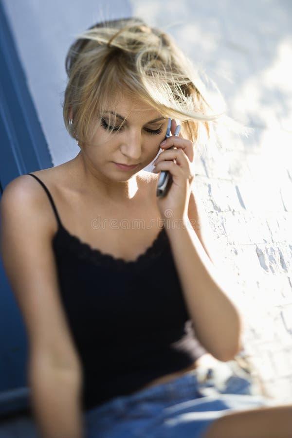 Vrouw op celtelefoon. royalty-vrije stock foto