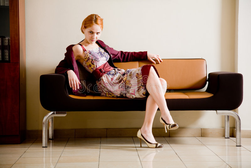 Vrouw op de bank royalty-vrije stock fotografie