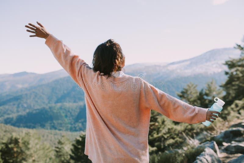Vrouw op de berg die van het landschap genieten stock foto's