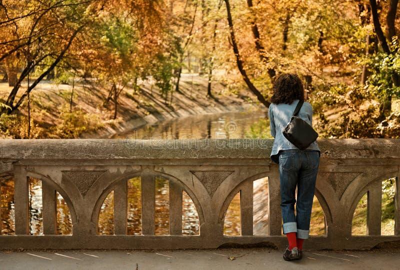 Vrouw op de brug royalty-vrije stock afbeelding
