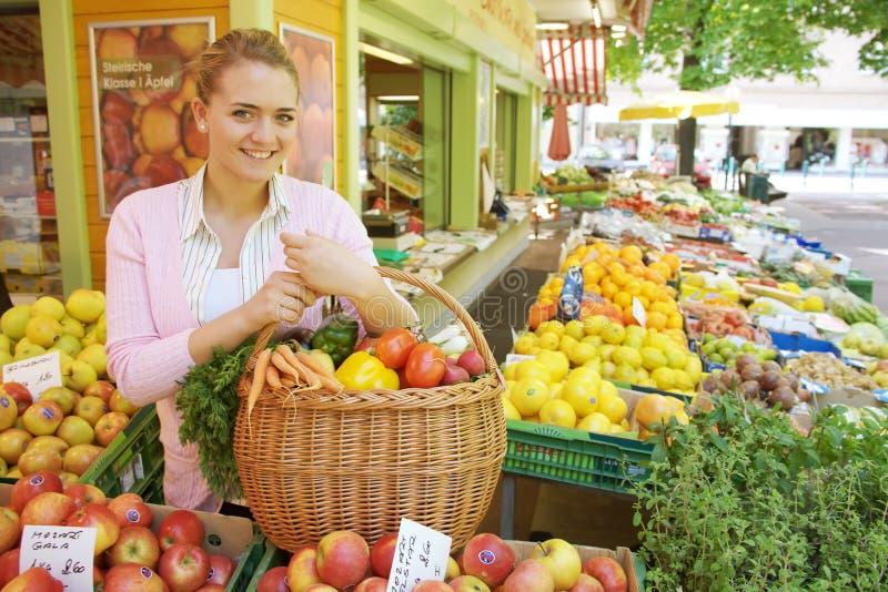 Vrouw op de fruitmarkt stock foto's