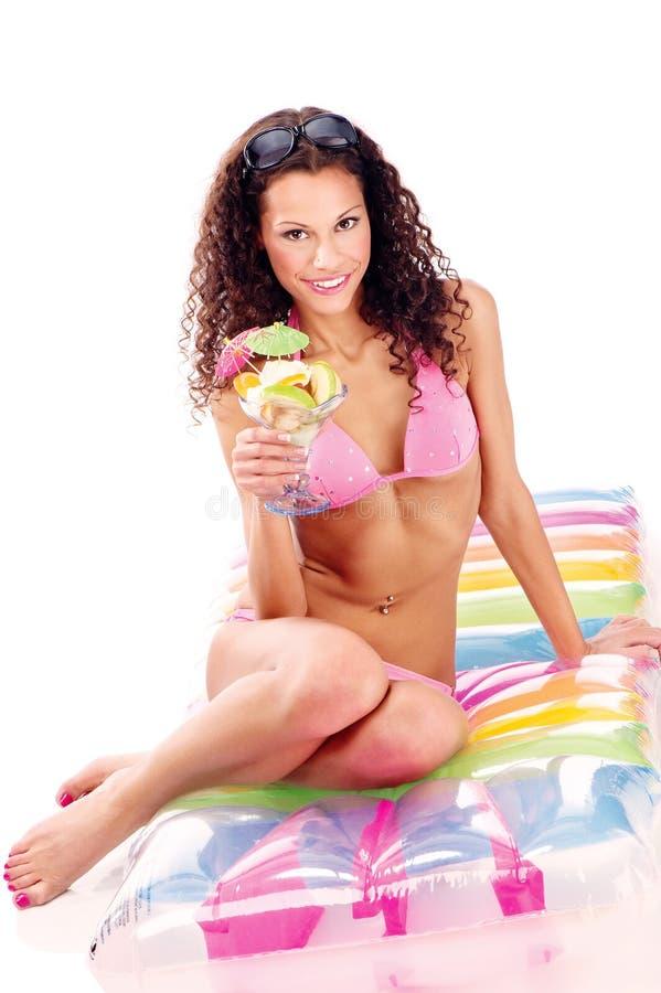 Vrouw op de holdingskop van de luchtmatras vruchten royalty-vrije stock foto