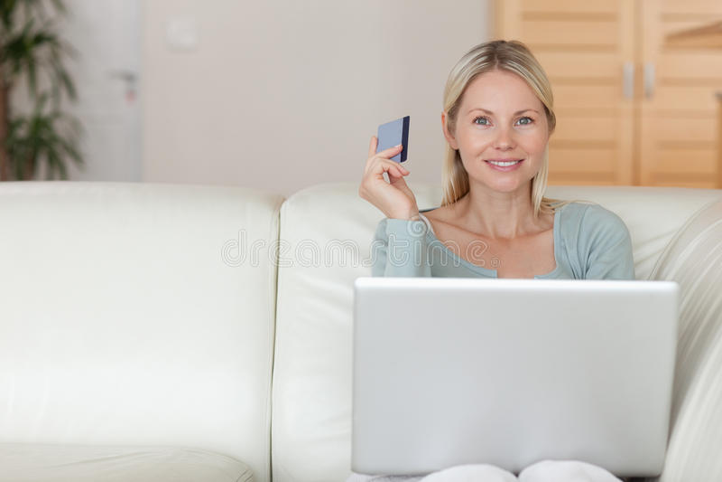 Vrouw op de laag het boeken vakantie online royalty-vrije stock afbeelding
