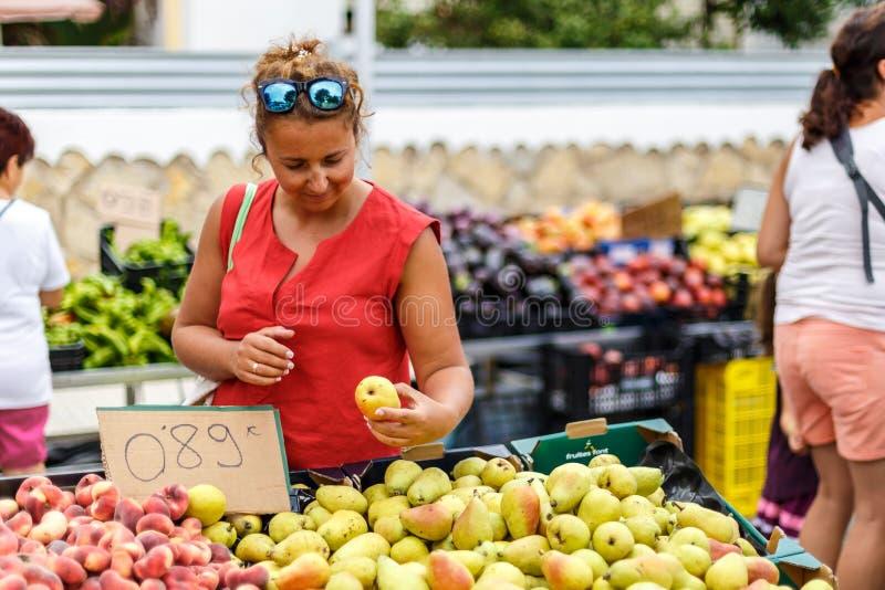Vrouw op de markt van het straatfruit in Spanje stock afbeeldingen