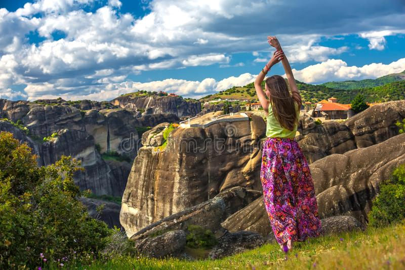 Vrouw op de rand van de klip, Griekenland royalty-vrije stock afbeelding