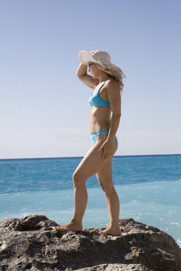 Vrouw op de rots stock fotografie