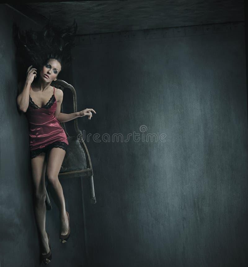 Vrouw op de stoel stock afbeeldingen