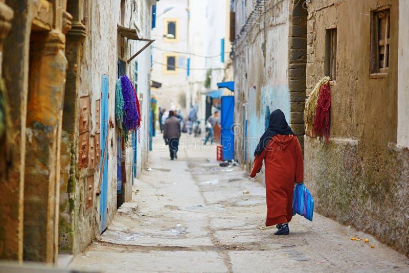 Vrouw op de straat van Essaouira, Marokko royalty-vrije stock afbeelding