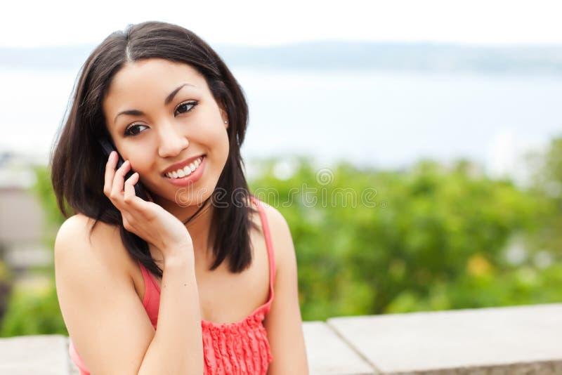Vrouw op de telefoon royalty-vrije stock afbeelding