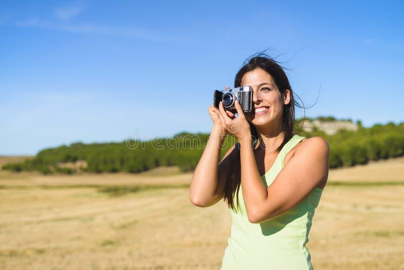 Vrouw op de zomervakantie die foto nemen royalty-vrije stock foto's