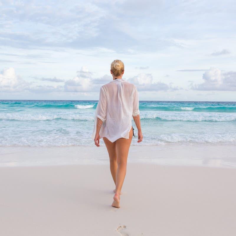 Vrouw op de zomervakanties bij tropisch strand van Mahe Island, Seychellen royalty-vrije stock foto