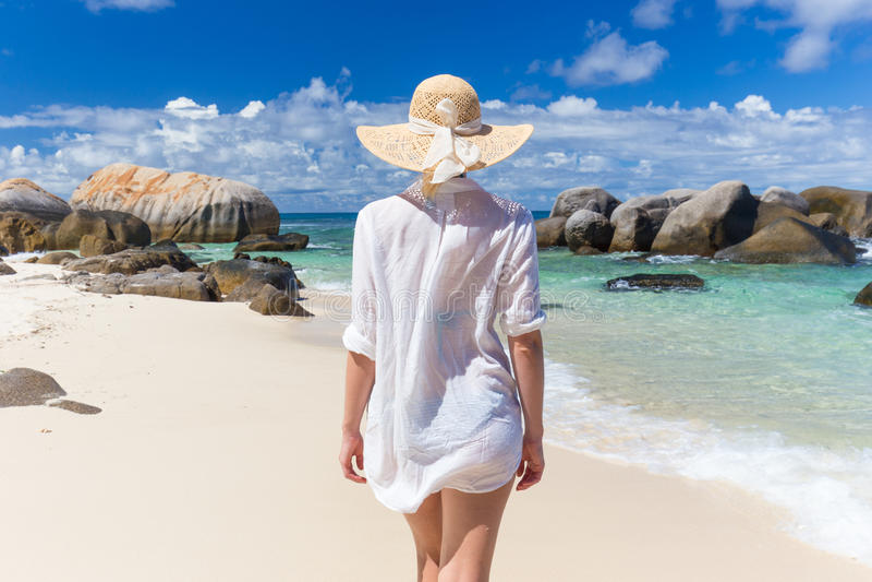 Vrouw op de zomervakanties op tropisch strand van Mahe Island, Seychellen royalty-vrije stock foto