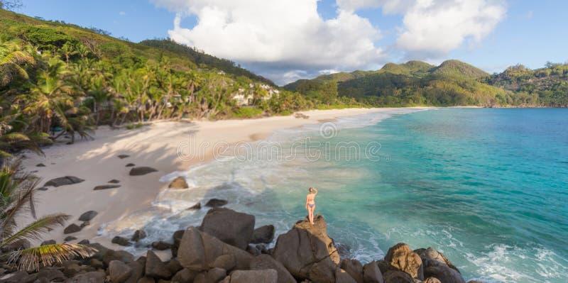 Vrouw op de zomervakanties op tropisch strand van Mahe Island, Seychellen stock foto