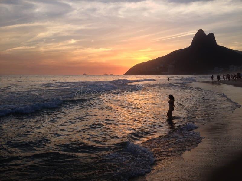 Vrouw op de zonsondergang Rio de Janeiro van Leblon van strandipanema stock afbeelding