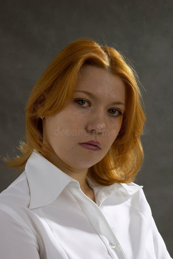Vrouw op donkere achtergrond stock fotografie
