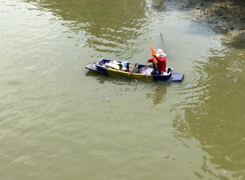 Vrouw op een boot terwijl het controleren van netto, Thailand royalty-vrije stock afbeeldingen