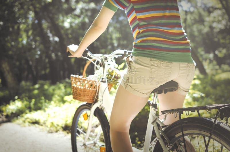 Vrouw op een fiets royalty-vrije stock foto