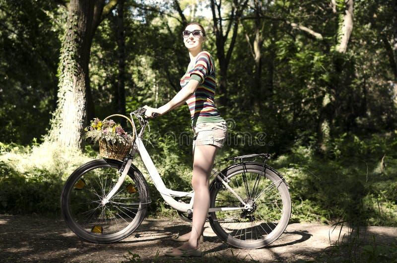 Vrouw op een fiets stock foto's