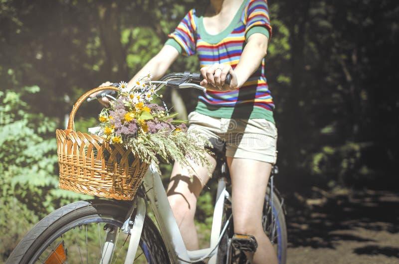 Vrouw op een fiets royalty-vrije stock afbeeldingen