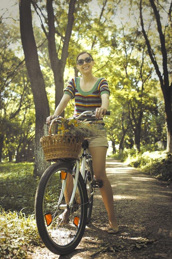 Vrouw op een fiets stock afbeeldingen