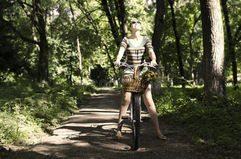 Vrouw op een fiets stock afbeelding