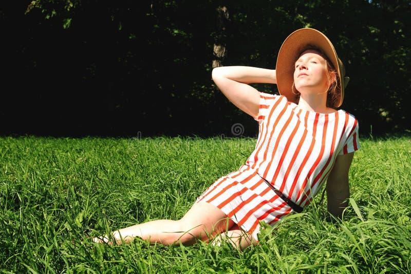 Download Vrouw op een gebied stock foto. Afbeelding bestaande uit buiten - 29502362