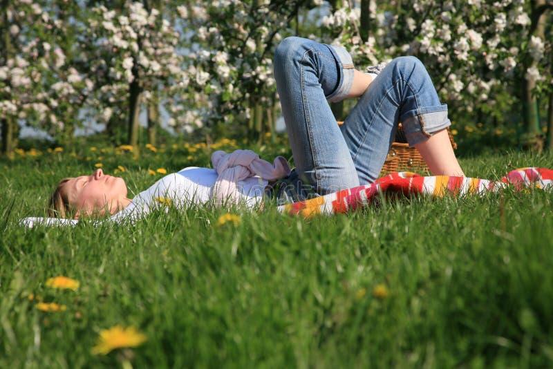 Vrouw op een gras royalty-vrije stock foto
