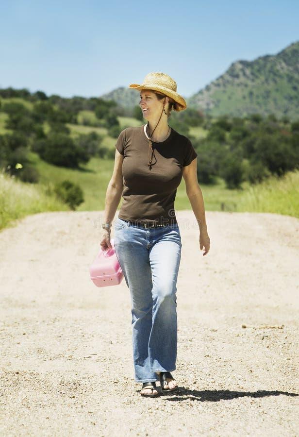 Vrouw op een Landweg stock afbeelding