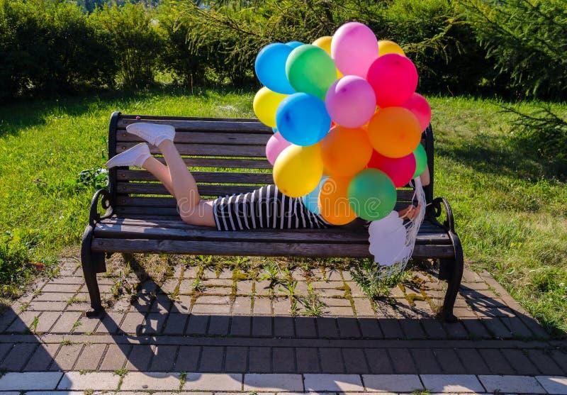 Vrouw op een parkbank stock foto