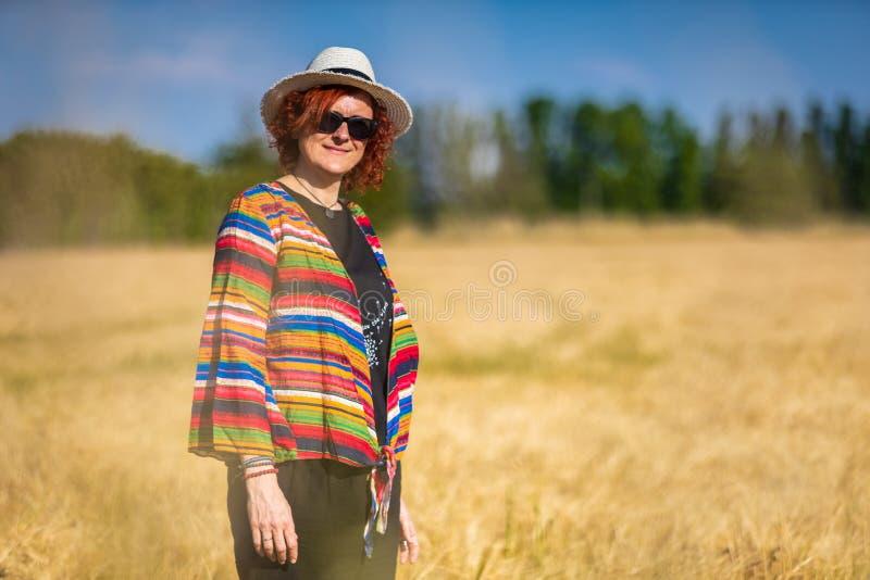 Vrouw op een tarwegebied royalty-vrije stock afbeelding