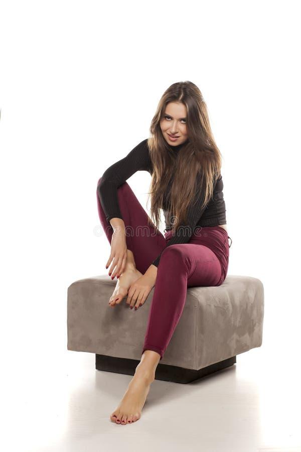 Vrouw op een voetenbank stock foto