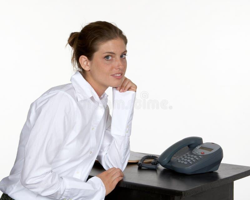 Vrouw op Elleboog bij Bureau stock foto