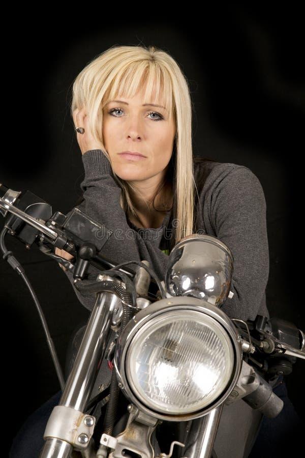 Vrouw op ernstige het haar van de motorfietshand stock foto's