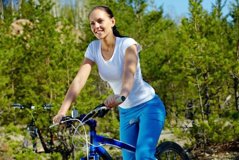 Download Vrouw op fiets stock afbeelding. Afbeelding bestaande uit hobby - 29514441