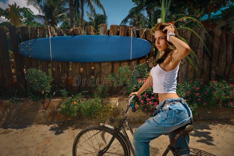 Vrouw op fiets stock fotografie