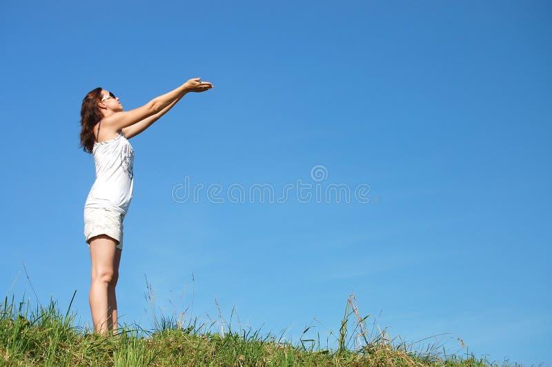 Vrouw op gebied onder blauwe hemel royalty-vrije stock afbeeldingen