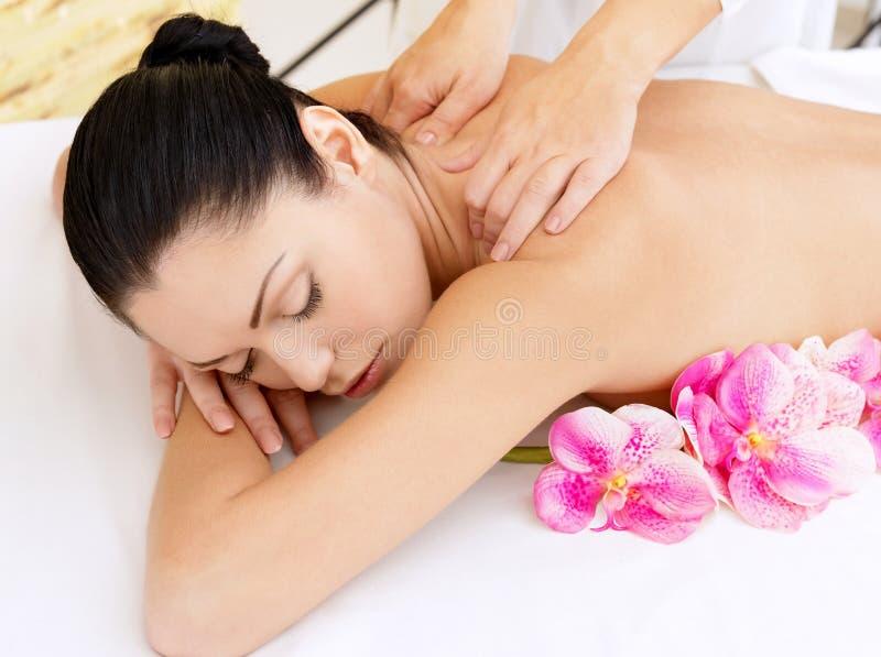 Vrouw op gezonde massage van lichaam in schoonheidssalon stock afbeeldingen