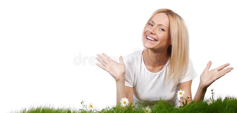 Vrouw op gras met bloemen stock foto's