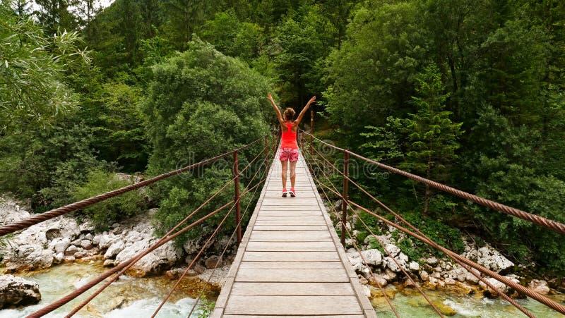Vrouw op hangbrug in Slovenië royalty-vrije stock foto's