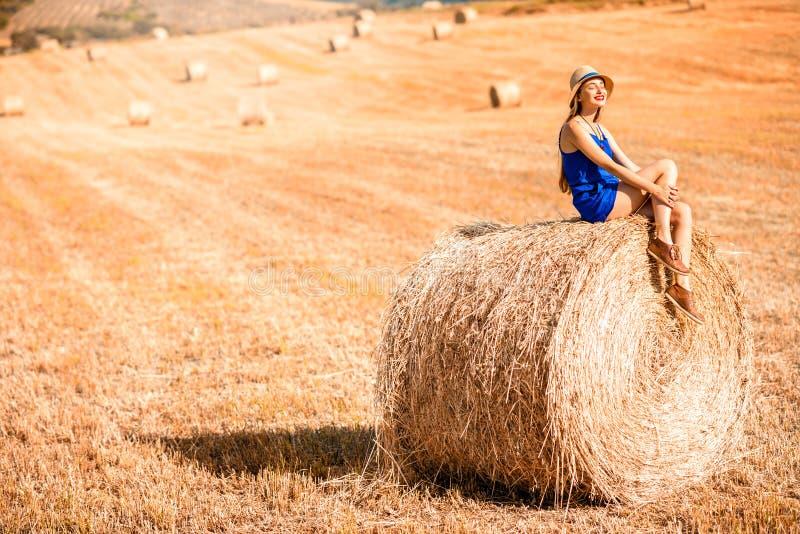 Vrouw op hayfield stock afbeeldingen